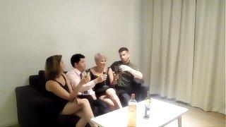 Orgia com minha irmã e dois estranhos que encontramos em um ban